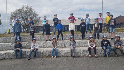 Elever ved Kirkeng skole i sine splitter nye sykkelhjelmer.