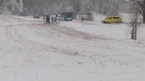 Utrykning: Lastebil veltet i Degernes. Foto: Roy Hågensen.