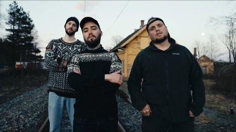 Ny låt: André Jensen, Olav Tokerud og Stian «Staysman» Thorbjørnsen har laget låt og musikkvideo om Gautestad stasjon i Rakkestad.