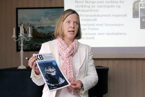 Hanne Nordgaard, konsernsjef for Helgeland i Sparebank1 Nord-Norge mener Helgeland har all grunn til å være optimistisk. Her med forrige utgave av Konjunkturbarometeret. Foto: Nils Lorentsen