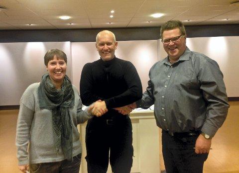 SAMARBEIDER: Berit Skjelvik, fra Selfors ungdomsskole, Terje Ditlefsen fra FESIL Rana Metall AS og  Fritz Griegel fra Selfors ungdomsskole er alle fornøyde med å ha signert nye partnerskapsavtaler for de neste tre åra.