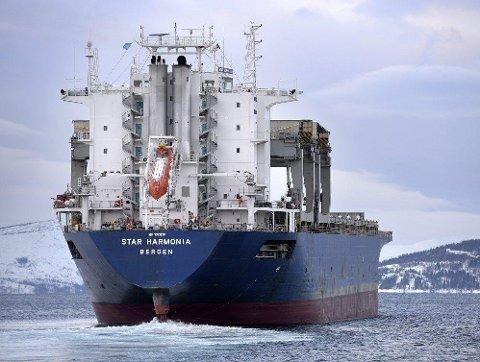 Star Harmonia på veg ut fjorden.