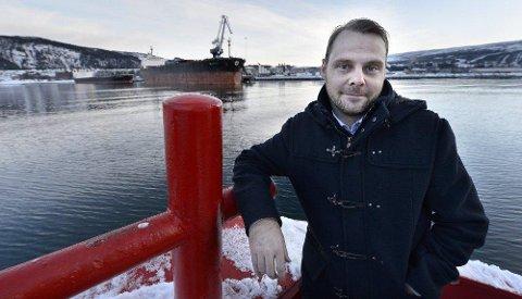 Optimistisk Havnefogd Svein Tore Nordhagen er optimistisk til et godt 2015 for båthavna. Her forran de to panmax-båtene som lå til kai tidligerer denne uken. Foto: Øyvind Bratt