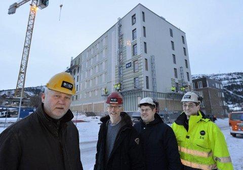 Nye Helma hotell bygges på tuftene av Holmen hotell og om ikke lenge åpnes dørene. Det ser Dag Busch (t.v.), Stig Frammarsvik, Frank Mathisen og Steinar Haueng fram til. Foto: Øyvind Bratt