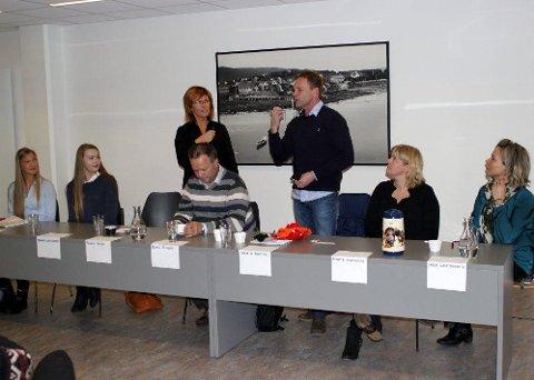 Engasjerte: Hanna Åkenes Anderson (t.v.), Hanna Lindegaard, Peggy Søvik, Roar Åsland, Jørn Håkon Halmøy, Marte Hultgreen og Laila Gaup Remmen utgjorde debattpanelet på biblioteket. Foto: Kenneth H. Husby