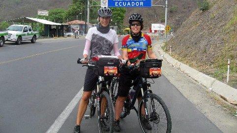 STARTEN: Her er Hilde og Kristin Vollan ved start, ikke langt fra ekvator i Ecuador. Fire måneder seinere kom de i mål i Ushuaia som er helt sør i Argentina. Totalt var sykkelturen på 11.000 kilometer. Foto: Privat