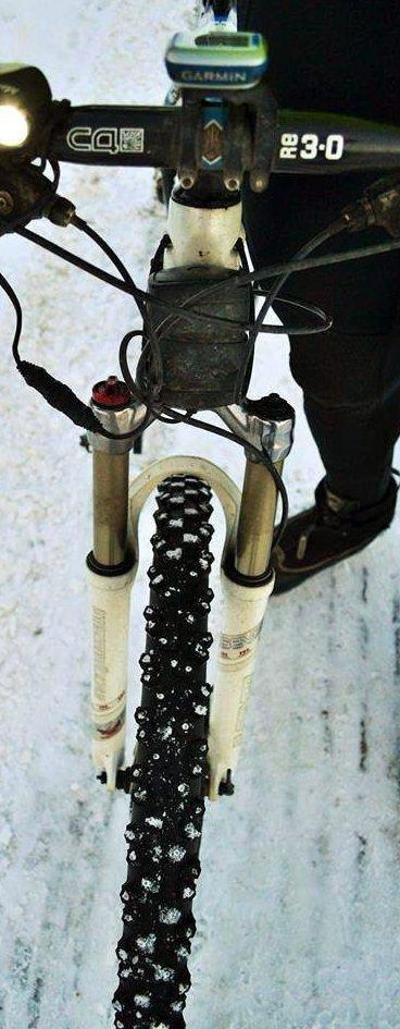 TRYGT: Det viktigste er piggdekk og lys både foran og bak.    Jeg sykler like trygt som på sommeren, med disse dekkene, sier Solheim.