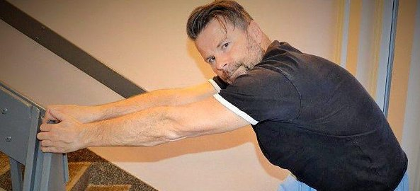DAGLIG STREKK:  En god rygg- og armstrekk daglig, myker deg opp, sier Kjell Bergan, som er skolert ved massasje- og terapiskolen i Tromsø.