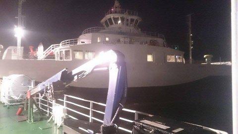 Ferga MF Lovund har gått på grunn ved innseilingen til Sleneset. Hurtigbåten MS Helgeland jobber med å bistå ferga.