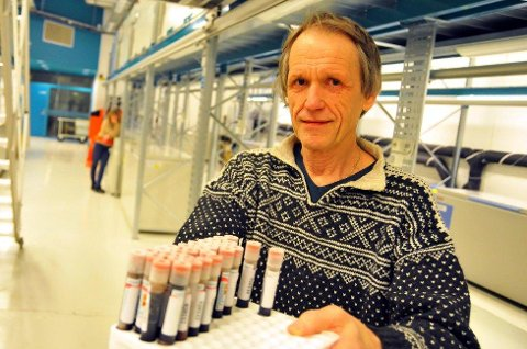 Professor Eiliv Lund ved UiT viser frem nedfryste blodprøver fra biobanken. Foto: Rune Endresen