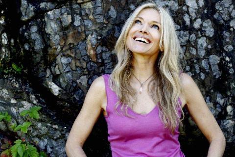Bedre liv:  Med enkle øvelser kan man bistå seg selv til å få et bedre liv, sier Linn Stokke som kommer til Vinterlysfestivalen. Foto: Kristin Svorte