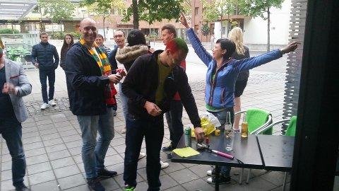 Rundt 40 litauere laget ståhei i sentrum av Mo i Rana i går kveld, da Litauen spilte Eurofinale i basketball. Foto: Babettes