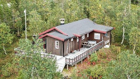 Denne hytta i Reinfjellia har en prisantydning på 450.000 kroner.