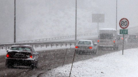 Når kjøreforholdene blir dårlige, kan det være smart å ligge godt under fartsgrensen. Her er det viktigste å avpasse farten etter forholdene. Illustrajonsfoto: Scanpix