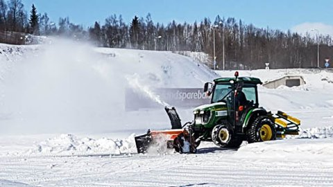 SNART VÅR: Snøryddingen er i gang på Sagbakken stadion. Foto: Trond Isaksen