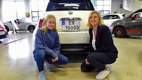 Ane Uglem gleder seg til å øvelseskjøre med mamma Bente i den nye el-Fiaten en med det spesielle registreringsnummeret.