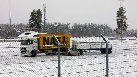 Mange kjører med hjertet i halsen i møte med vogntogene på vinteren og er redd for at det skal skje ulykker. Tester utført av NAF på Vålerbanen viser hvor dramatisk utfall et vogntog ute av kontroll får. (Foto: NAF)