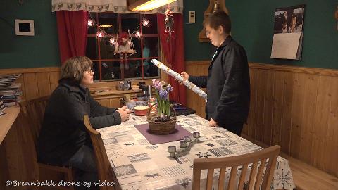 Ved kjøkkenbordet: Tina Brennbakk er både foran og bak kamera i adventsserien fra Brennbakk gård i Hattfjelldal. Sønnen Johan Brennbakk (11) lar også seerne få ta del i hverdagslivet på gården i desember.