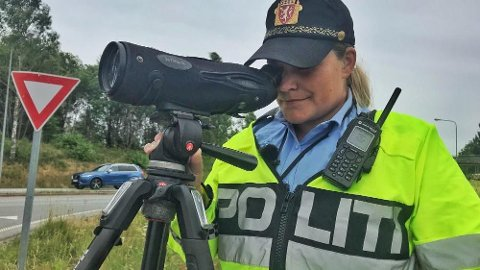 Politiet bruker blant annet kikkert for å avsløre ulovlig mobilbruk. Her er UP-betjent Linda Saksvik ute på jobb. Foto: TV 2.