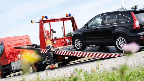 Nærmere 500 bileiere opplever hvert år at ett av hjulene på bilen løsner, og triller avgårde. Det kan føre til store skader. Illustrasjonsfoto: Falck.
