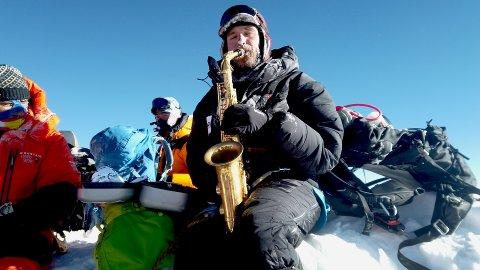 Håkon W. Skog Erlandsen nådde toppen av verdens høyeste fjell 16. mai. Med seg i sekken hadde han i tillegg til oksygen også en saksofon.
