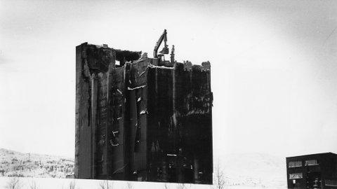 Bananprinsippet: Kulltårnet, som raget vel 50 meter opp i været på Koksverket, ble revet på en helt spesiell måte.