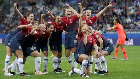 Feiring: Lisa-Marie Karlseng Utland bestemte seg for en litt utradisjonell feiring etter at hun la på til 2-0 for Norge.