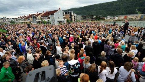 Flere tusen mennesker møtte opp til minnemarkeringen på Havmannplassen. Den ble arrangert kort tid etter at terroren rammet Oslo og hele Norge 2011.
