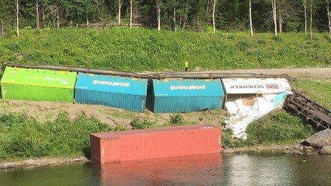 Her har toget havnet delvis i elva Namsen.