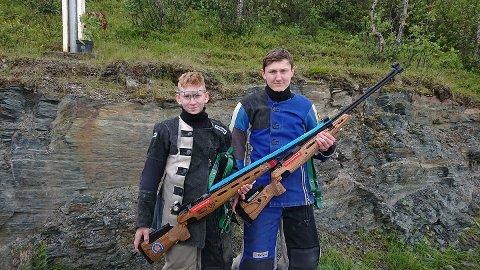 ALvin Nickolai Johansen (t.v.) og Tobias A. Huskebakk fra Nesna skytterlag gjorde gode resultater i feltskyting på LS.