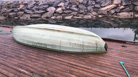 Denne båten rak på land ved Hauknes marina for en måneds tid siden. Fortsatt har ikke eieren meldt seg.
