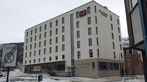 Fallulykken skjedde ved Hotel Helma. Den hardt skadde mannen ble funnet på bakken av forbipasserende.