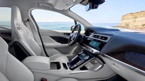 Frem til i fjor kunne du bare glemme å få prisavslag i elbilmarkedet. Nå har dette endret seg kraftig. Slik ser det ut inne i Jaguars første elbil, I-Pace. Også her er det penger å spare.