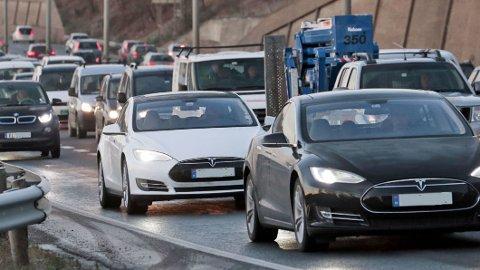 Det blir stadig flere elbiler på norske veier. Men nå er det mørke skyer i hele nybilmarkedet. Bransjen tror det også vil gå kraftig ut over salget av elbiler.