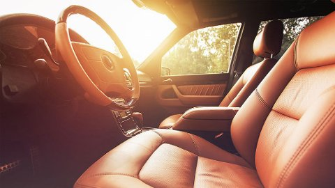Det er deilig med sommer og sol, men det kan bli veldig varmt inne i bilen. Farlig varmt, til og med.