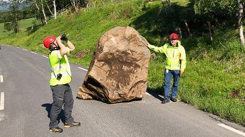 De største steinene som har rast ned fjellsiden veier over 20 tonn, sier leder Eivind Bakken for drift- og vedlikehold av fylkesveinettet på Helgeland. Her sammen med geolog Sølve Utstøl Pettersen, som speider opp mot stedet steinene raste ut.