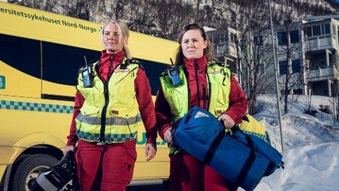 Årets nye hovedkarakterer i NRK-serien 113 er Christina Rebekka Eriken (t.v) og Trine Lynghaug (t.h) som kjører ambulanse for Universitetssykehuset i Tromsø (UNN)