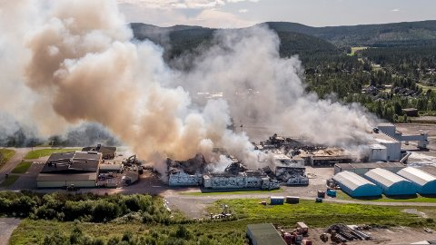 Brannen i Polarbrøds fabrikk i Älvsbyn.  Foto: Jens Ökvist / TT / NTB scanpix