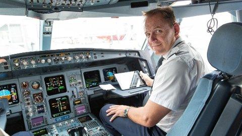ERFAREN: Etter over 40 år som pilot, inkludert 17 år i Luftforsvaret, har Yngve Carlsen god kontroll på det meste innenfor luftfart. Foto: SAS
