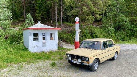 Ferie-Ladaen ved en meget gammel bensinstasjon , Sørkil Fjordcamping ved E6 i Hamarøy kommune. Foto: Privat