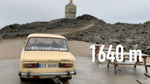 Lada på vei over Tronsfjell, 1.640 meter over havet. Den klarte det også utmerket. Foto: Privat
