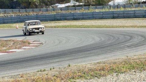 Takket være gode bekjentskaper ble det en runde på Arctic Circle Raceway. Men særlig fort ser det ikke ut til at det går... Foto: Privat