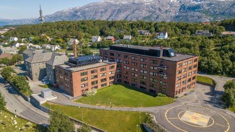 Et enstemmig kommunestyre i Rana anbefaler Helgelandssykehuset å velge dagens sykehustomt i Sandnessjøen.
