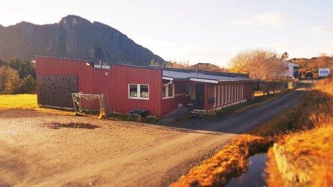 Nå er alle i Rødøy ute av karantene. Her bilde av Nesøy skole og Nordnesøy barnehage som begge ble stengt som en følge av smitteutbruddet i januar.
