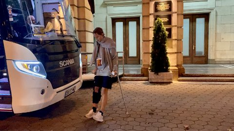 Ulrik Saltnes hinket ut på krykker med støtte til kneet han fikk en trøkk i. Nå ryker resten av sesongen..