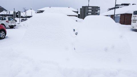 Dette er ikke en snøhaug, men to nedsnødde biler nede på parkeringsplassen ved jernbanen.