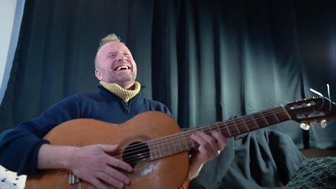 Med nytt album, musikkvideo, sangbok og diktsamling, har Trond Skarheim mange noter i lufta.