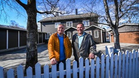 Thoralf Lian og Sonja Djønne Lian samt Roger Lian selger huset i Talvikparken.