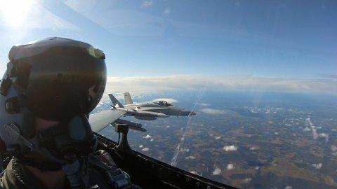 """Her er """"Fuzz"""" på en av sine siste treningsturer i F-16. På vingen har han en F-18 fra det finske flyvåpenet."""