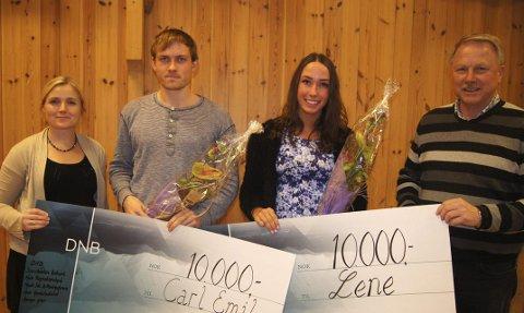 Utdeling: Lene Jægersborg (t.v.) og Erik Slaatsveen (t.h.) delte ut sjekker til Lene Retzius og Carl Emil   Kåshagen i klubbhuset i Idrettsparken lørdag.   Foto: Arkiv
